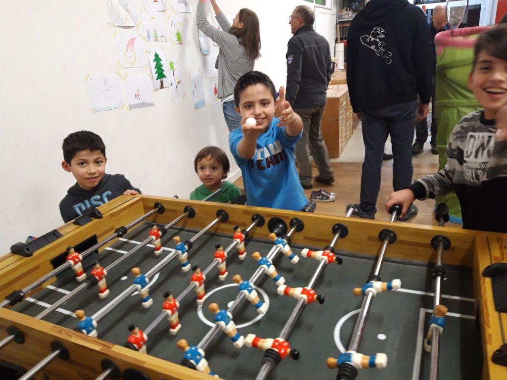 Kinder spielen Tischfussball im Abenteuer Lernen eV