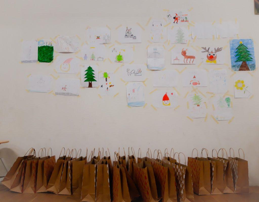 Alle Bilder der Malaktion sind aufgehängt, unten stehen die Geschenktüten