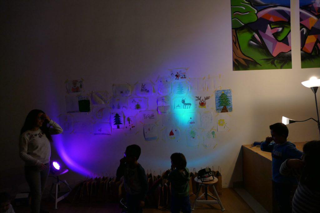 Ausstellung: Kinder schauen sich Bilder der Malaktion an