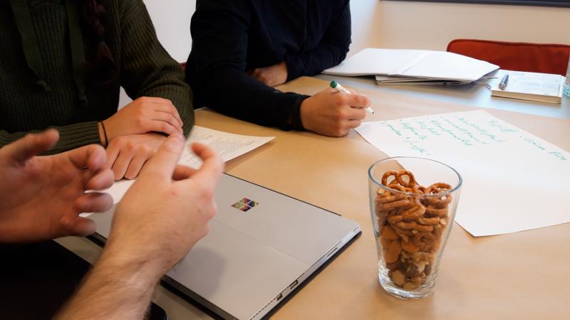 Teamspirit 3 Mitarbeiter arbeiten an Ideen