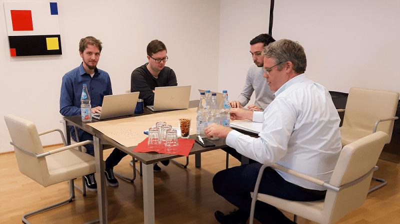 Zusammenarbeit zwischen Geschäftsführer und Mitarbeitern