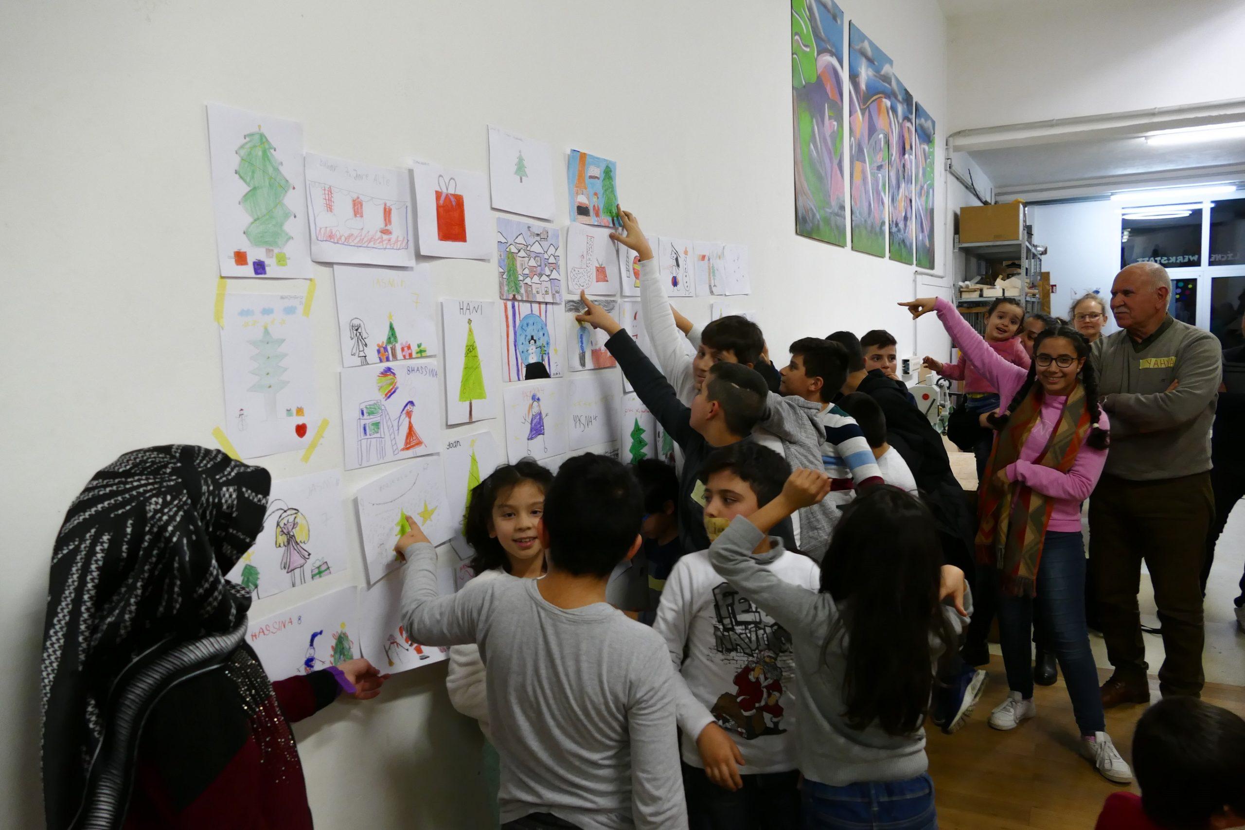 Kinder vor ihren Bildern auf der Malaktion und Spendenakion von synalis_klein