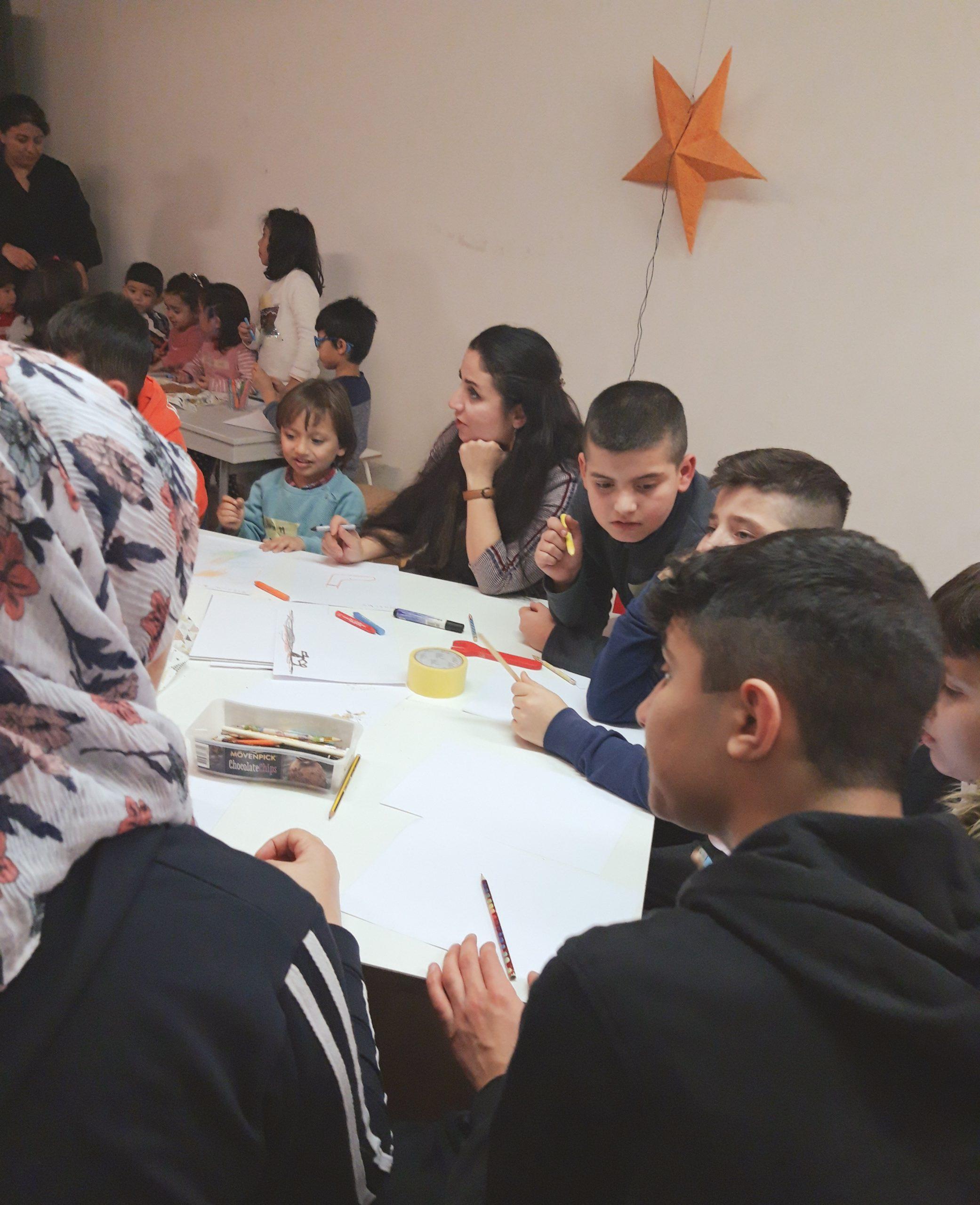 Kindergruppe mal Bilder und Weihnachtsmotive bei der Kindermalaktion_klein