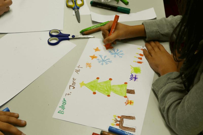 Mädchen malt Weihnachtsbild bei Spendenaktion und Kindermalen von synalis_