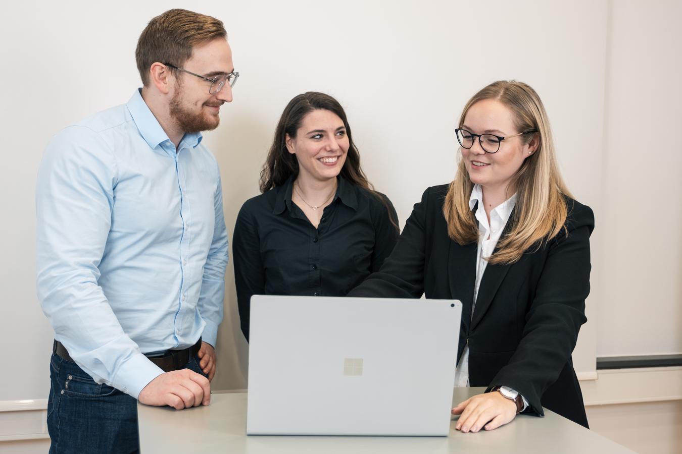 Mobile Team Besprechung von 3 Kollegen beim IT Dienstleister Köln Bonn