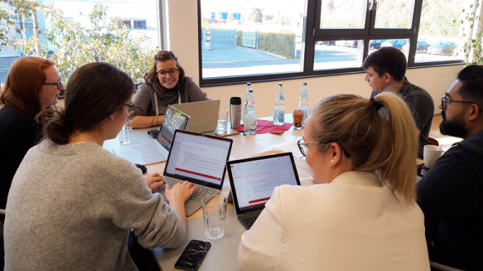 Personengruppe im Teamwork am Innovation Day synalis