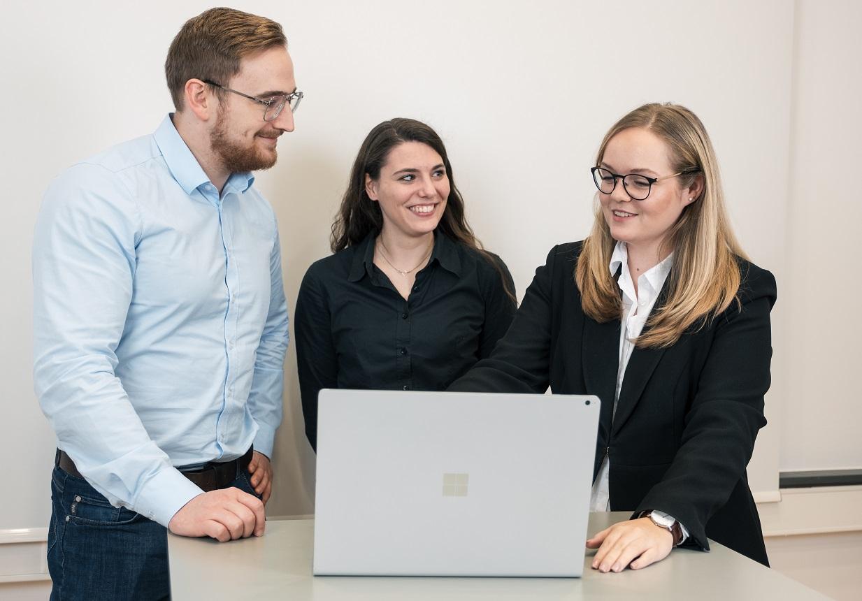 3 Personen im IT-Consulting Gespräch