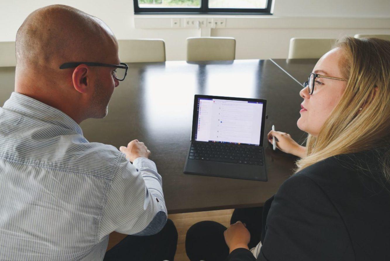Feedbackgespraech zwischen Mitarbeitern